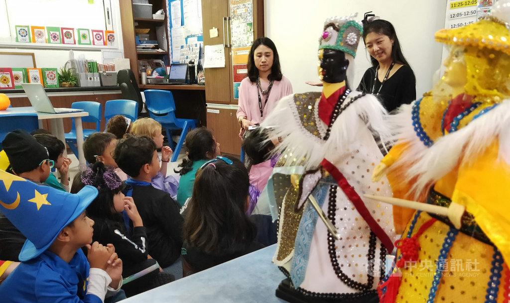 台灣媽媽24日到印度新德里英國學校演出布袋戲,同時述說台灣新年的傳統故事,吸引學校小朋友的專注與興趣。(圖/駐印度代表處教育組、中央社.康世人)