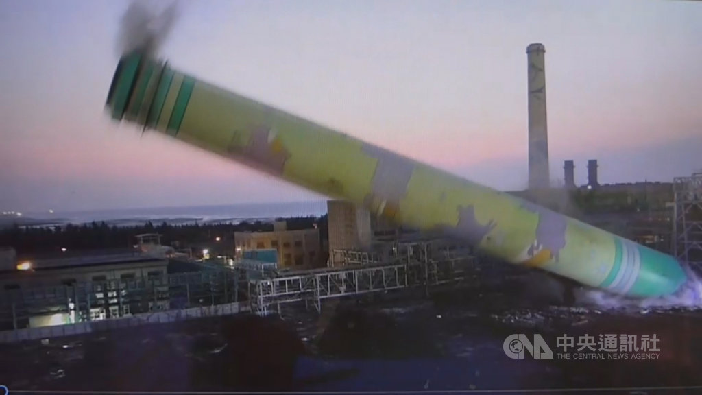 台電通霄電廠高120公尺、畫有飛牛圖案的2號舊機煙囪,已於26日晚間順利放倒,功成身退,未影響廠區發電功能。(圖/通霄電廠、中央社)