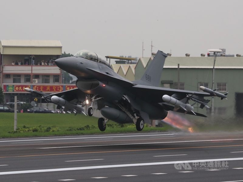 美國國務院8月21日批准台灣66架F-16V軍購案,空軍將編列新台幣2500億元特別預算購買。圖為經由「鳳展專案」改良的F-16V戰機。(中央社檔案照片)