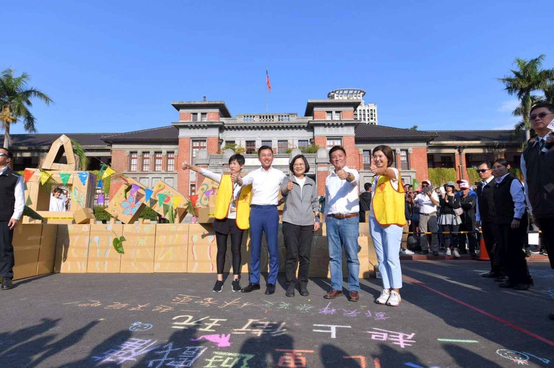 蔡總統與新竹市長一同出席「2019上街玩耍吧!」街頭遊戲活動。