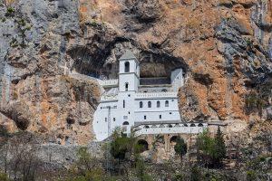 位於蒙特內哥羅的塞爾維亞東正教奧斯特洛修道院(圖/Diego Delso/CC-BY-SA)