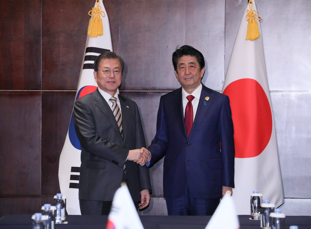 安倍晉三與文在寅於2019 中日韓領導人會議(圖/日本首相官邸官網)