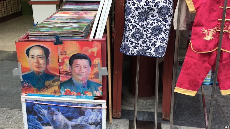 中國街頭販售可變換習近平與毛澤東頭像的卡片(圖/蕭雨/美國之音)