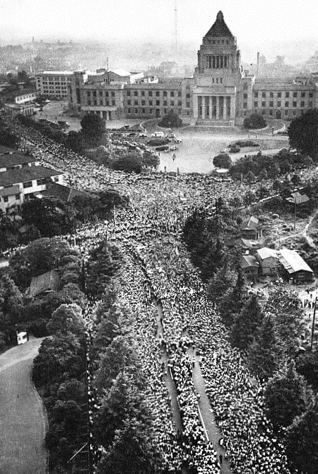 1960年在日本國會前反對安保條約的遊行(圖/公共領域)