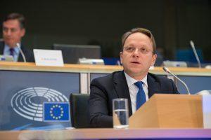 歐盟主管接壤與擴張(Neighbourhood and Enlargement)事務的奧利佛.瓦赫立(Oliver Várhelyi)(圖/European Parliament/CC BY 2.0)