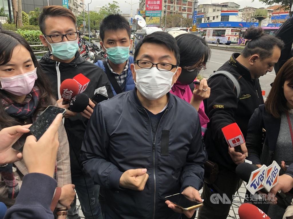 協助處理相關事宜的台北市家長會長協會總會長徐正文(前中)4日在台北內湖受訪,說明首批武漢台商返台後現況,及後續台商返台建議。