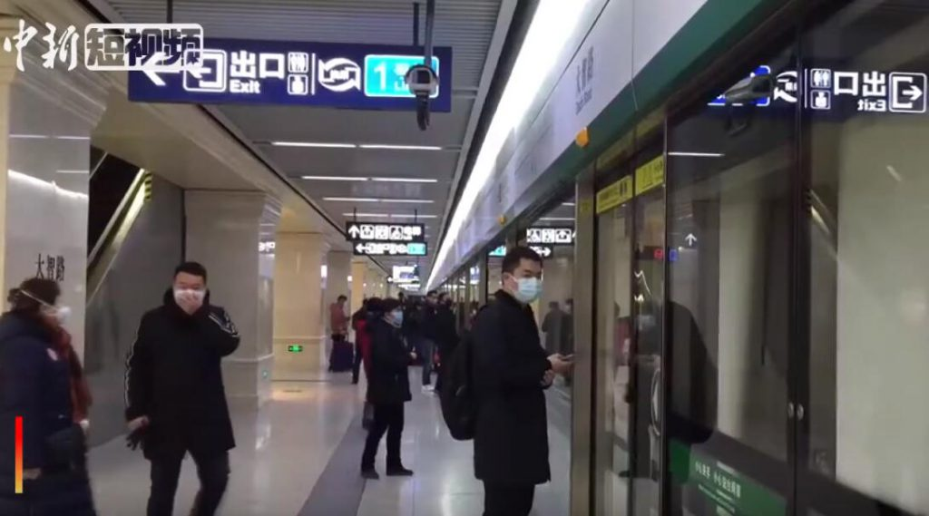 武漢肺炎:1月22日宣布封城後地鐵的末班車(圖/Chinanews.com : China News Service/CC BY 3.0)