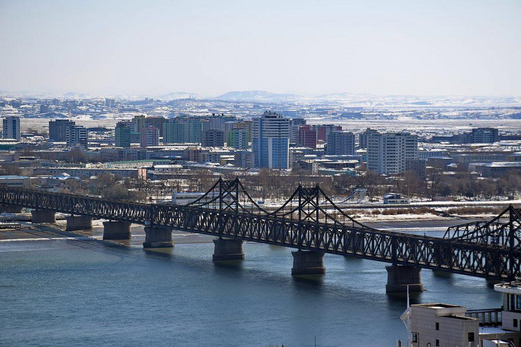中國丹東俯瞰北韓 朝鮮新義州市中心(圖/Baycrest/CC BY-SA 2.5)