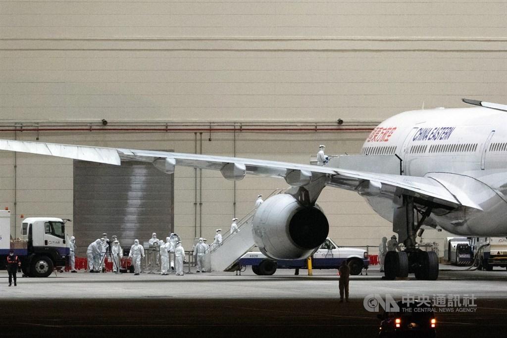 第一批接回武漢台商的包機抵達桃園國際機場。