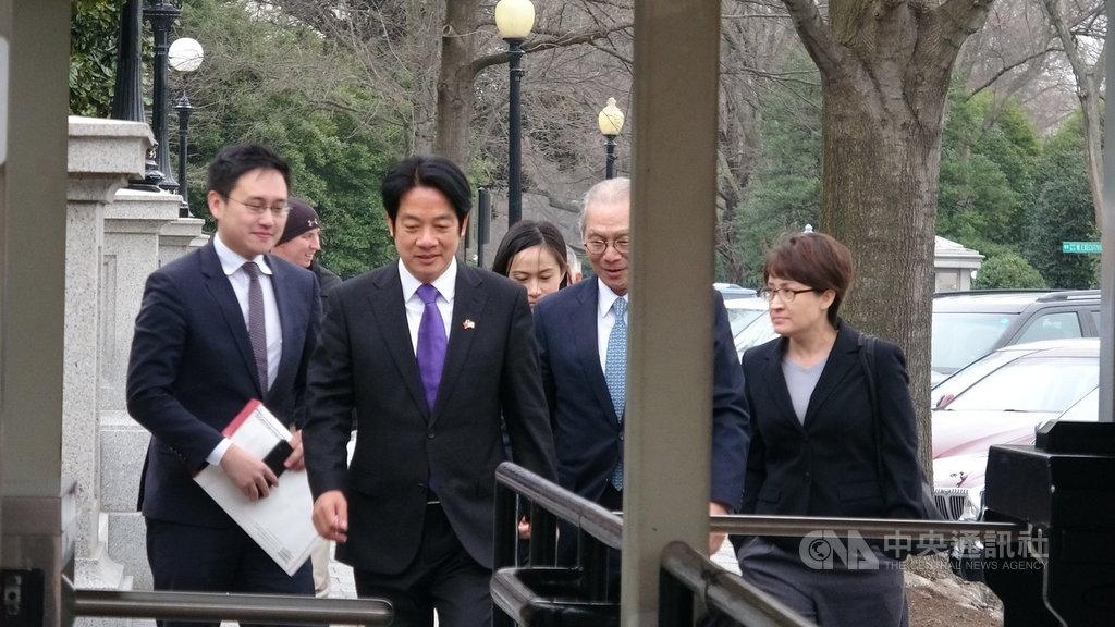 副總統當選人賴清德(前左2)在訪團顧問蕭美琴(前右)、駐美代表高碩泰(前右2)與駐美代表處政治組組長趙怡翔(前左)等人陪同下拜會白宮國安會。