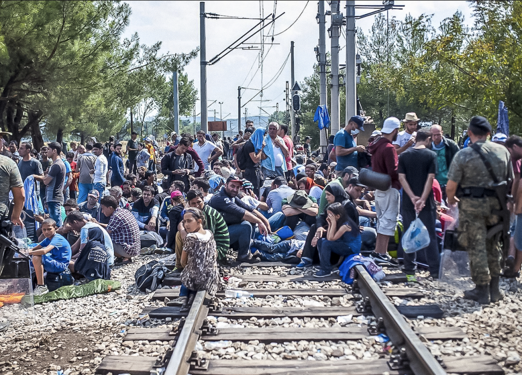 難民等待越過馬其頓-希臘邊境(圖/Freedom House/公共網域)