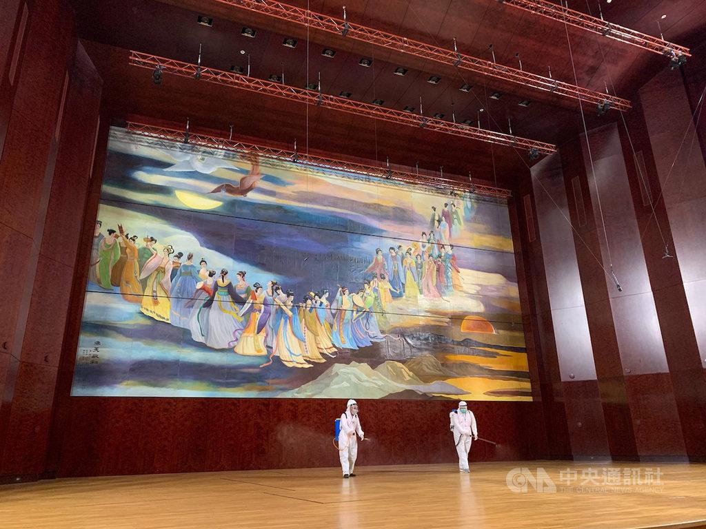 國家音樂廳6日展開消毒作業,音樂廳舞台特別加強消毒。