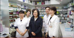 蔡英文擔任一日志工,身體力行感謝藥師與藥劑生的付出。