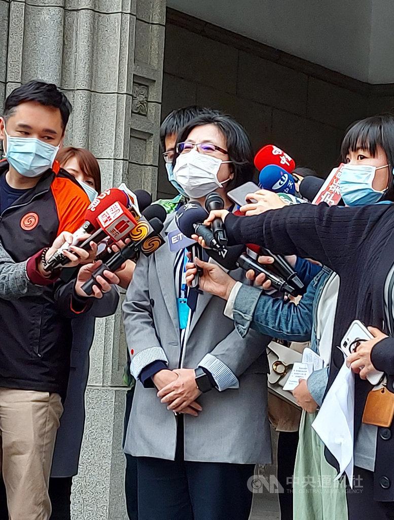 台師大學務長林玫君(中)下午出面接受媒體訪問,說明因應措施。