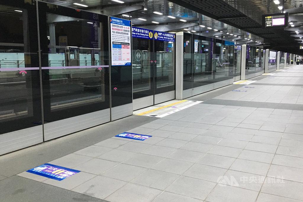 桃園大眾捷運公司在全線車站月台等處劃設社交安全距離地貼,讓旅客能依循防疫動線排隊,維持適當距離。
