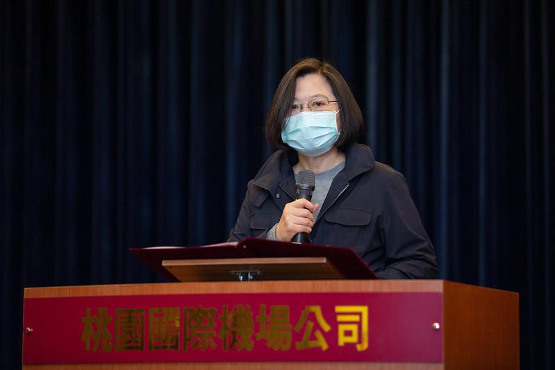 蔡英文總統視察機場防疫措施,並感謝第一線防疫人員的辛苦付出。
