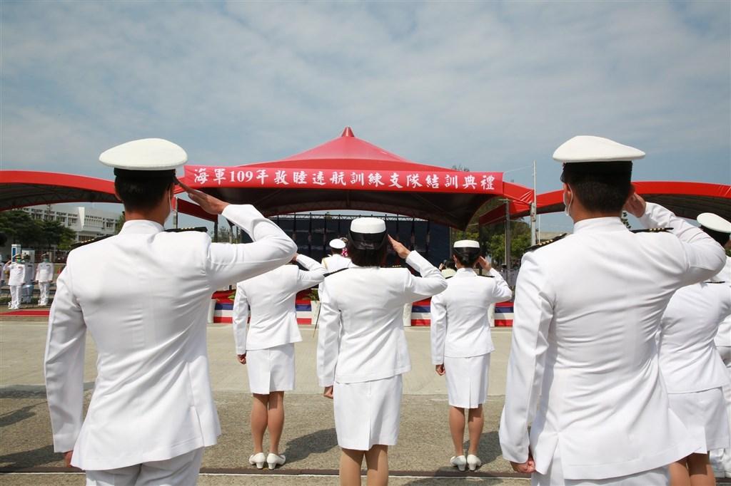 武漢肺炎延燒國軍,指揮中心18日宣布新增3例武漢肺炎境外移入,3人均在國軍某艦隊實習、住同寢室。圖為15日海軍敦睦艦隊結訓典禮。