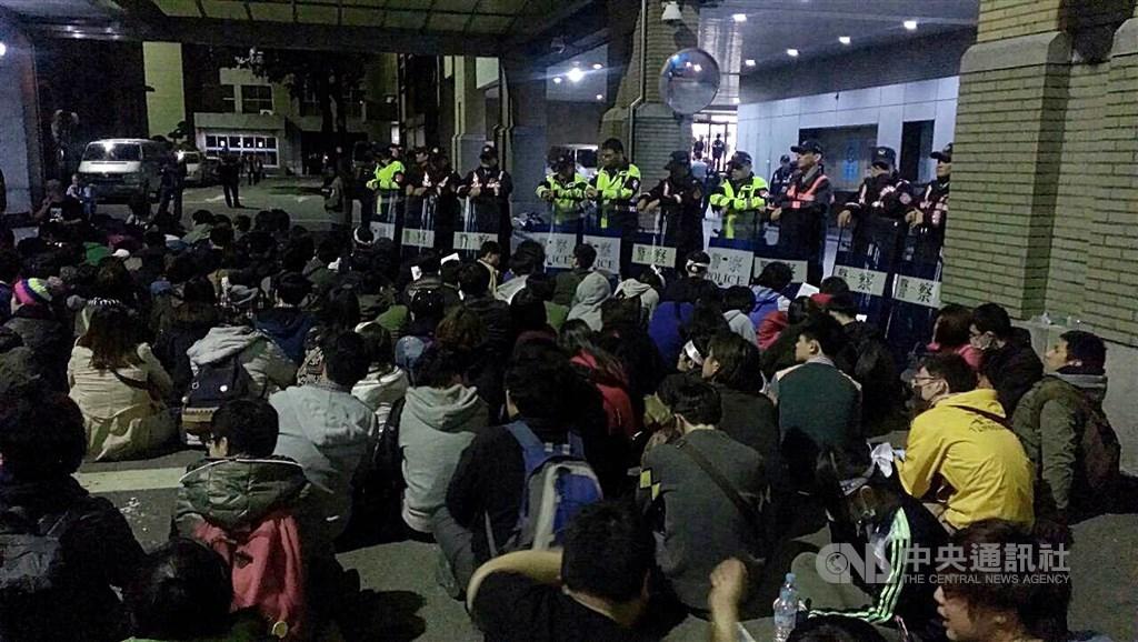 反服貿民眾和學生103年3月23日闖入行政院,高喊「占領行政院」,「退回服貿」;部分學生和民眾在行政院後門靜坐。