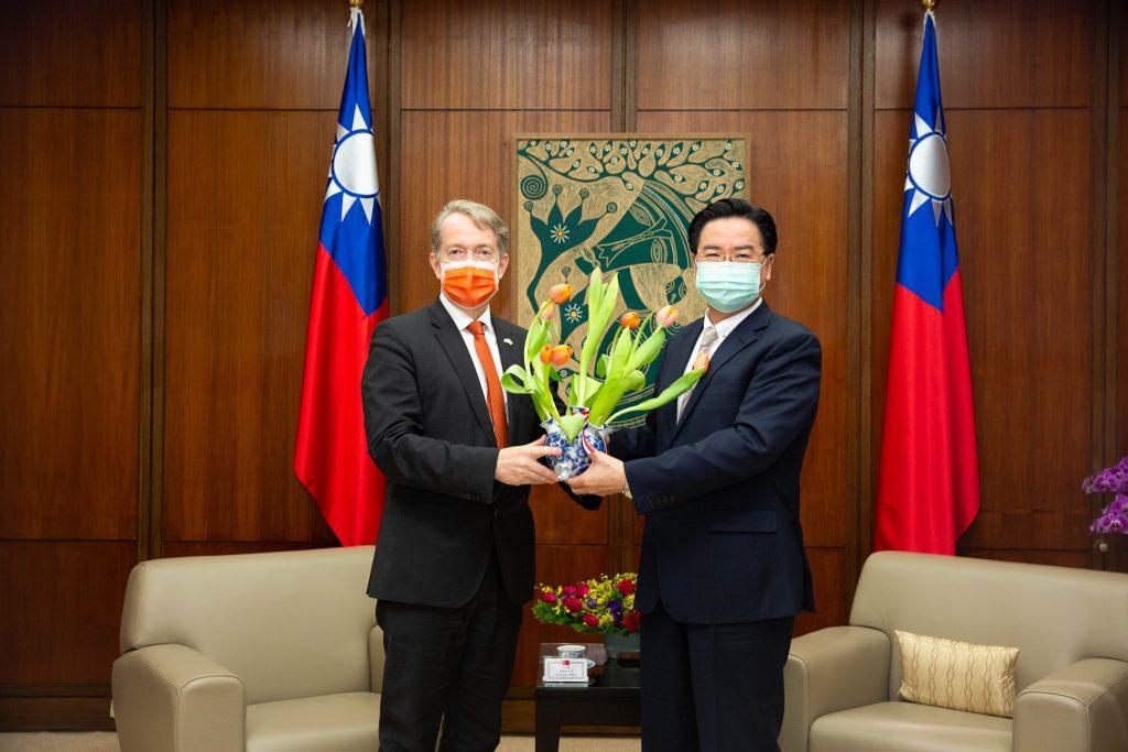 荷蘭駐台代表贈送鬱金香,感謝台灣醫護人員的付出