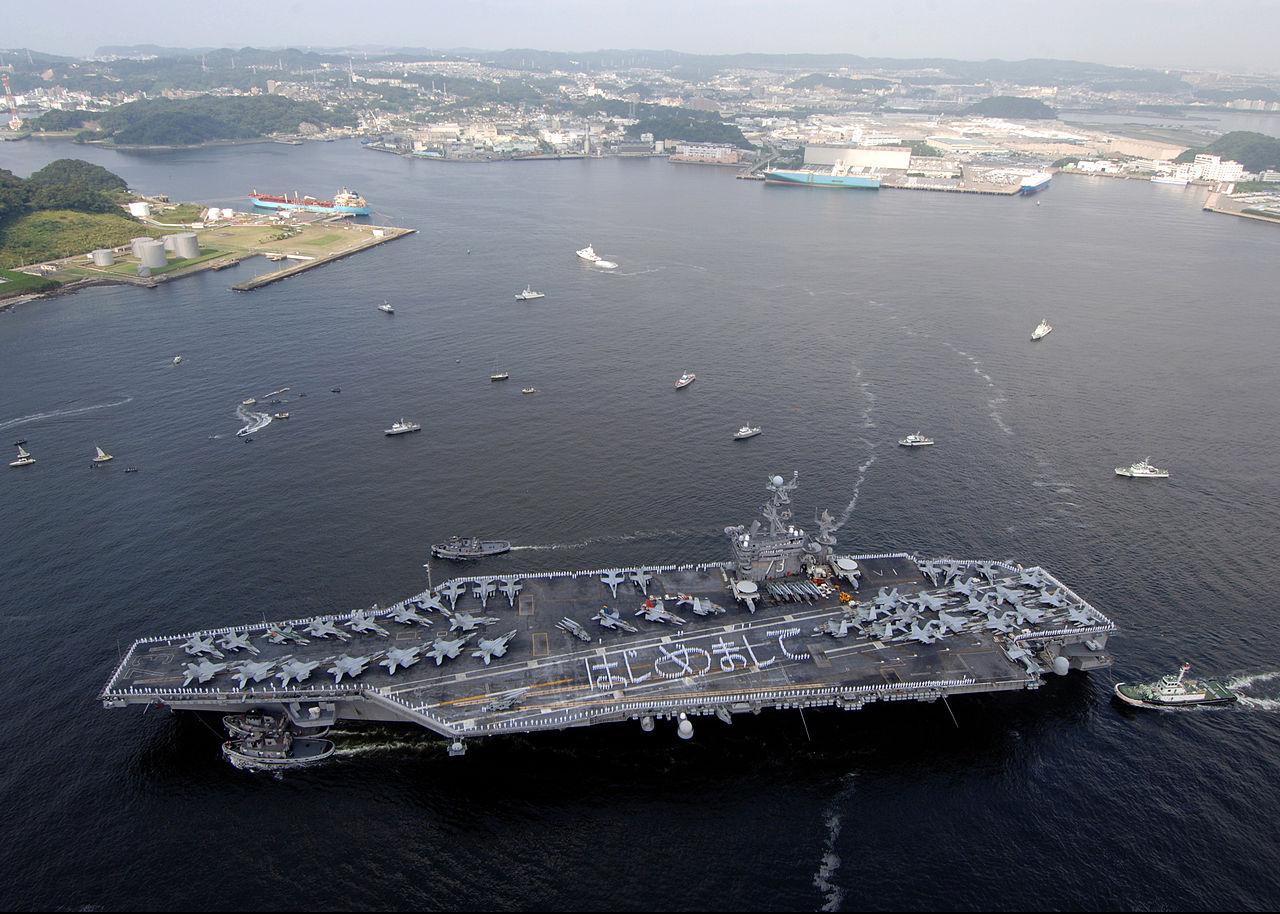 USS George Washington (CVN 73) 抵達橫須賀基地(圖/Mass Communication Specialist 2nd Class Clifford L. H. Davis/公有領域)