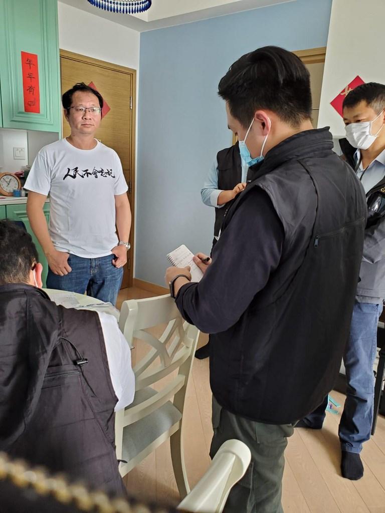 香港警方18日拘捕14名泛民人士,指他們涉嫌於去年8至10月間參加非法集結。圖為支聯會祕書蔡耀昌(左)在家中被捕。