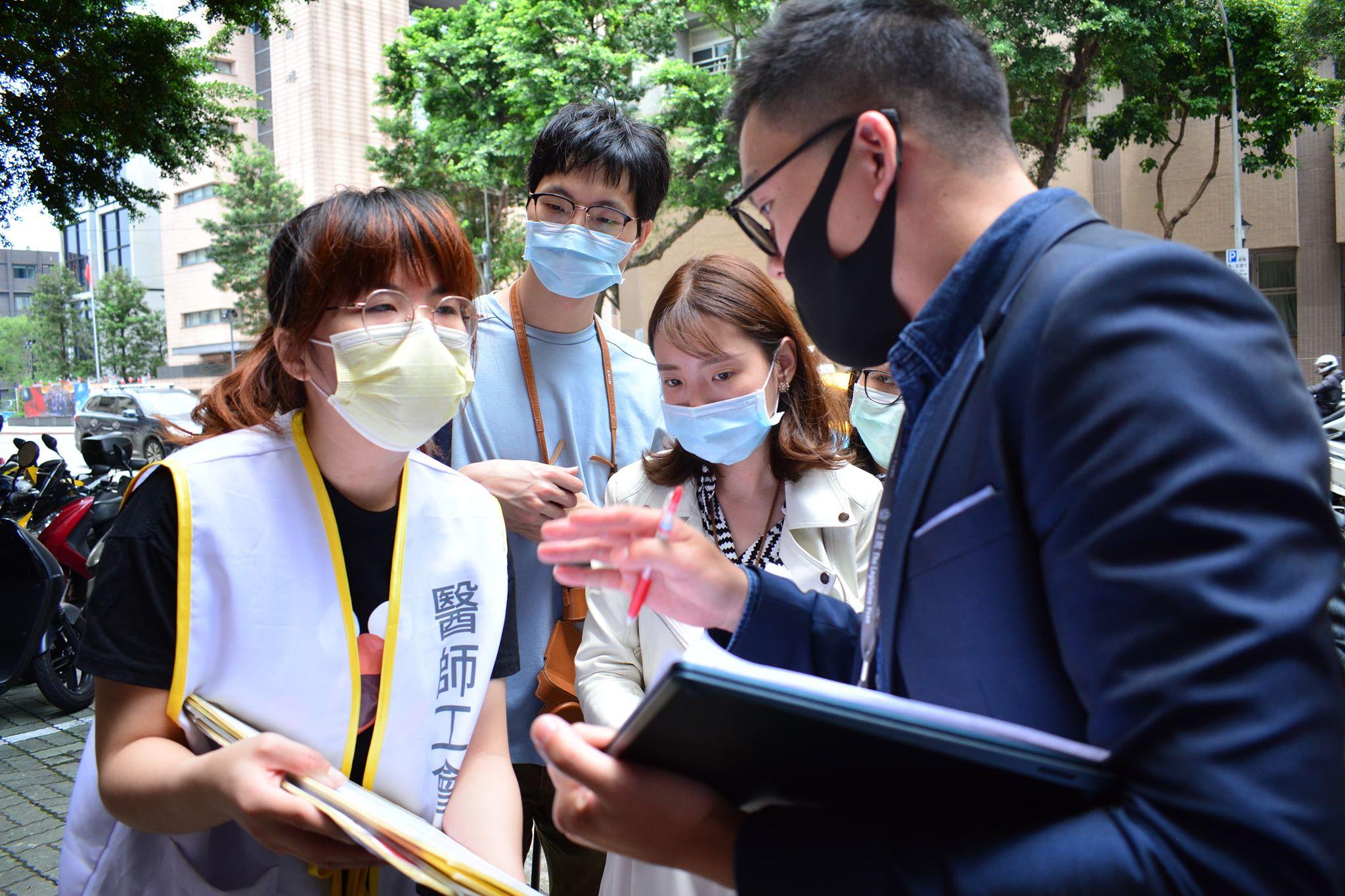 臺北醫師職業工會:台灣的防疫成果是建立在醫療人員的血汗上嗎?
