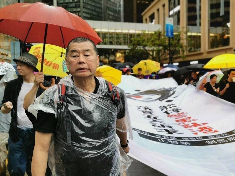 香港壹傳媒集團創辦人黎智英因參與「反送中」運動的集會遊行,18日上午再度被警方登門調查。圖為黎智英2019年8月參加反送中遊行。