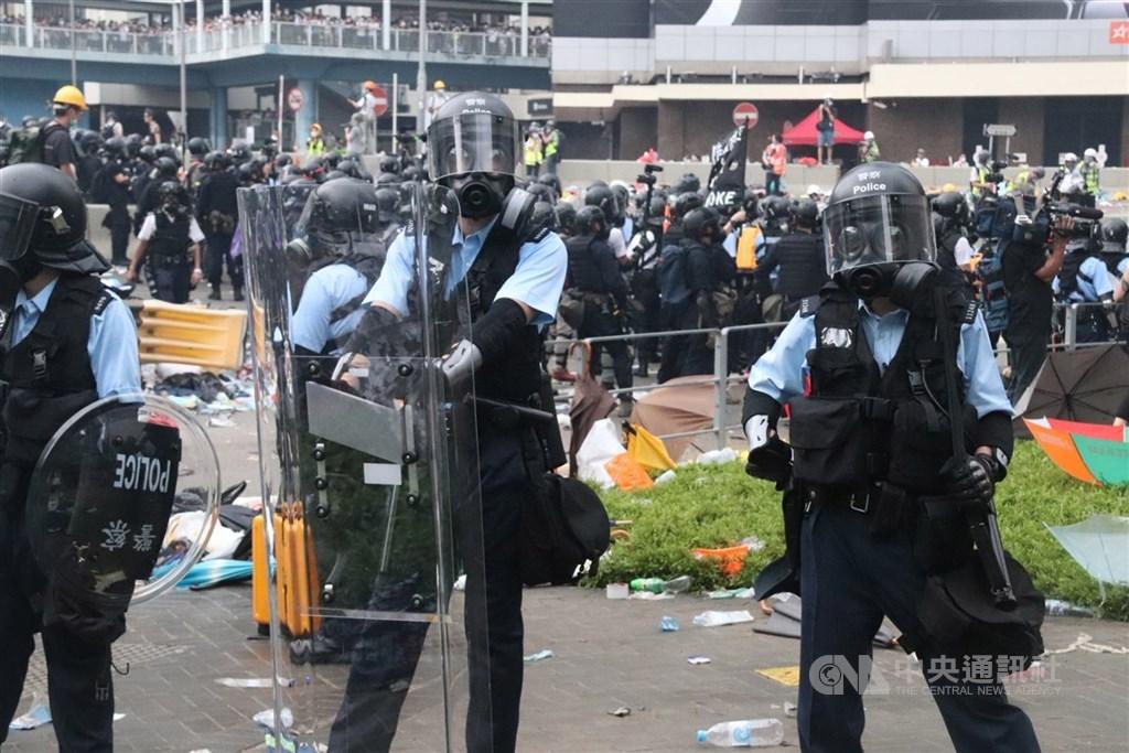 「香港版國安法」草案內容指必須採取必要措施,依法防範、制止和懲治危害國家安全的行為和活動。圖為反送中示威現場,港警配戴防毒面具。(中央社檔案照片)