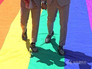 同性婚姻上路24日將滿一年,行政院長蘇貞昌8日表示,行政院民調顯示,民眾同意同性伴侶應享有合法結婚權利者將近5成3。(中央社檔案照片)