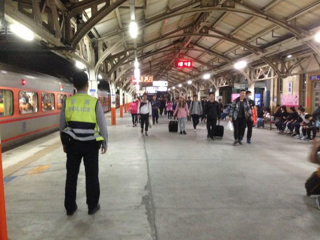 鄭姓犯嫌搭火車刺傷鐵路警察李承翰致死,台灣嘉義地方法院30日宣判無罪。圖為鐵路警察執勤情形。