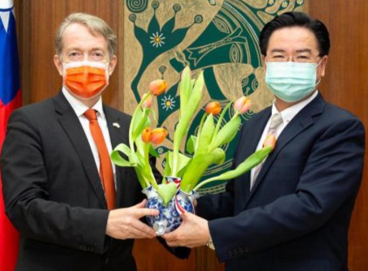 荷蘭駐台代表贈送鬱金香,感謝台灣醫護人員的付出。 (圖/外交部)