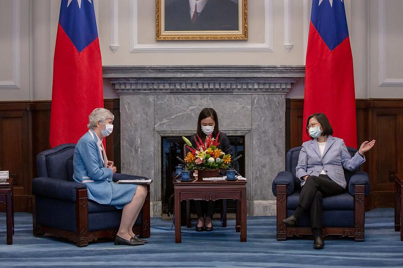 總統接見英國駐台代表,表示臺英交流不但可以協助全球對抗疫情,也能促進雙方生醫產業發展