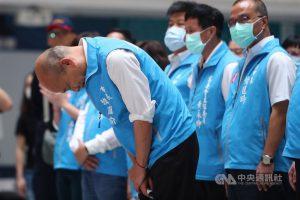 高雄市長韓國瑜(前左)6日傍晚在罷韓案結果底定後,率領市府團隊在四維行政中心舉行記者會發表談話,會中深深鞠躬向一路走來所有支持者致意。