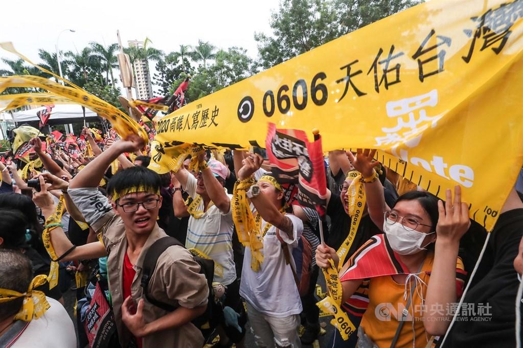 高雄市長韓國瑜確定遭到罷免,罷韓總部外6日傍晚群情激昂,民眾開心拉起民主黃絲帶並熱情歡呼。