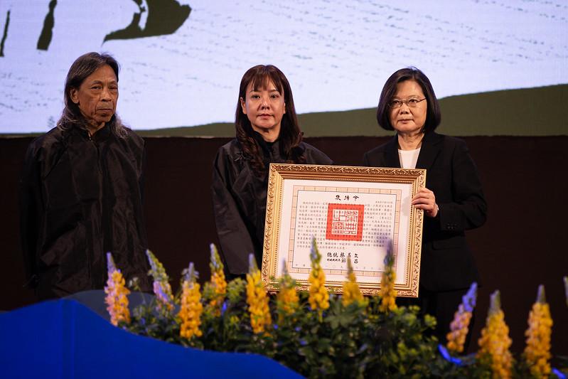 總統頒贈鍾肇政之褒揚令,由其兒子與媳婦代表接受