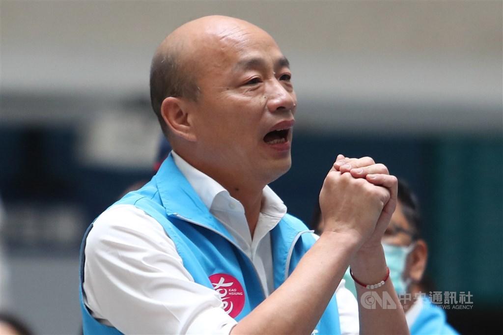 罷免案結果出爐後,韓國瑜拱手向團隊成員致意。