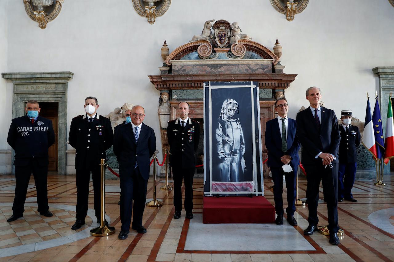 義大利在法國國慶日將英國塗鴉教父班克西(Banksy)的一幅畫作歸還(圖/路透社.達志影像)