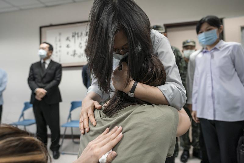 蔡英文總統前往弔唁殉職官兵,承諾盡最大努力照顧家屬。