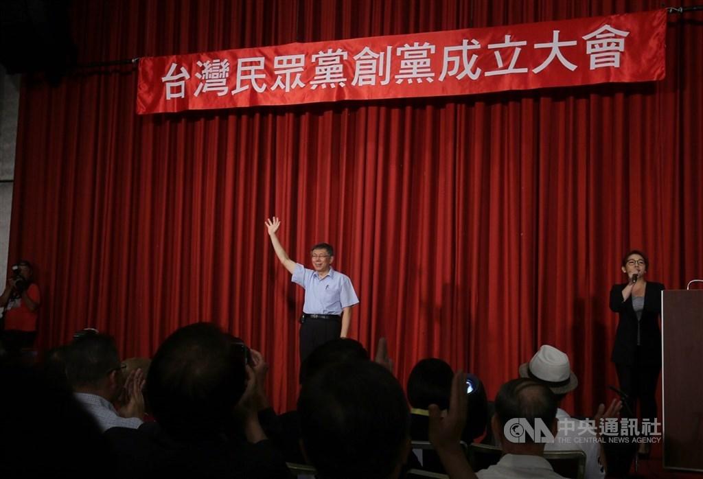 台灣民眾黨預定8月2日舉辦黨員大會,但近日傳出恐人數不足流會。圖為2019年8月6日台北市長柯文哲(後中)籌組民眾黨。(中央社檔案照片)