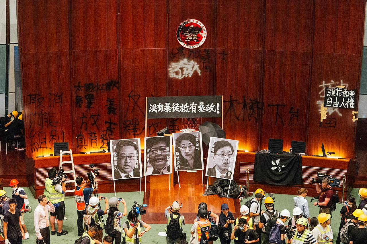 示威者於香港立法會會議廳展示標語(圖/Tam Ming Keung/CC BY-SA 4.0)