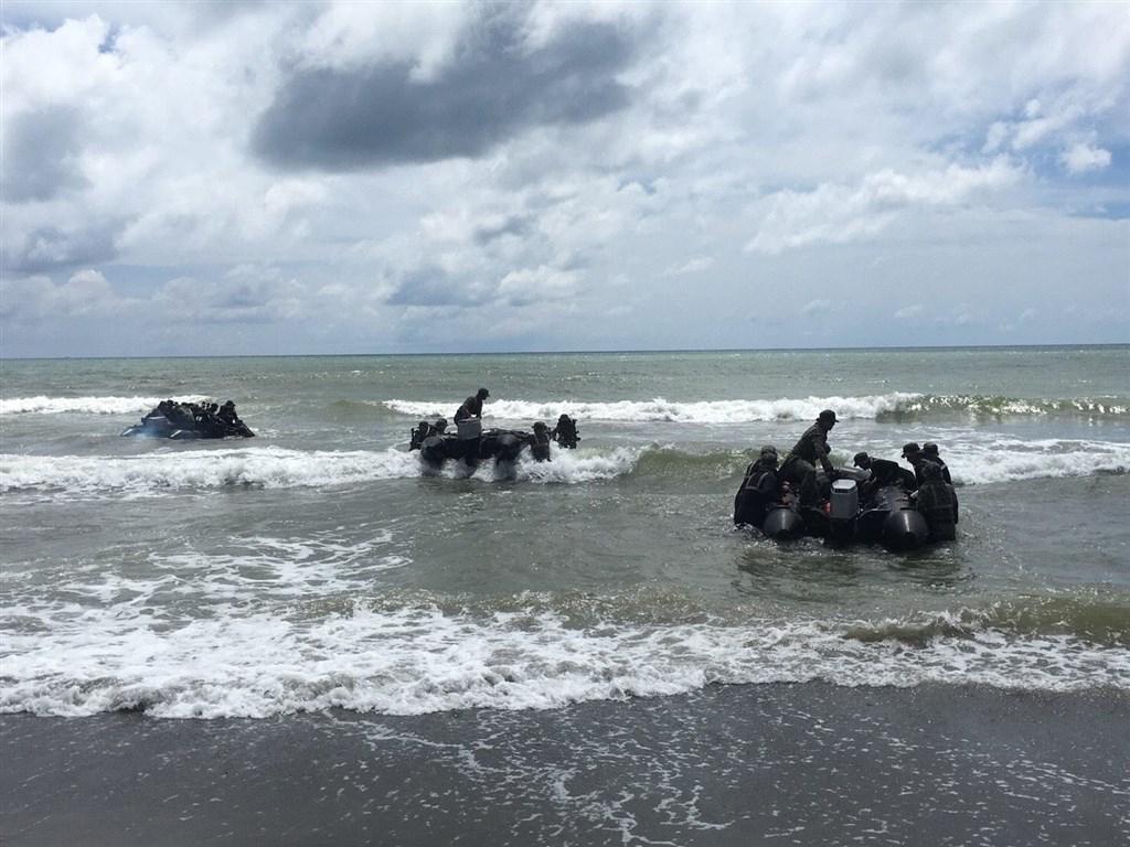 海軍陸戰隊99旅步二營膠艇3日在左營海域進行聯合登陸作戰操演翻覆殉職官兵再添一人。