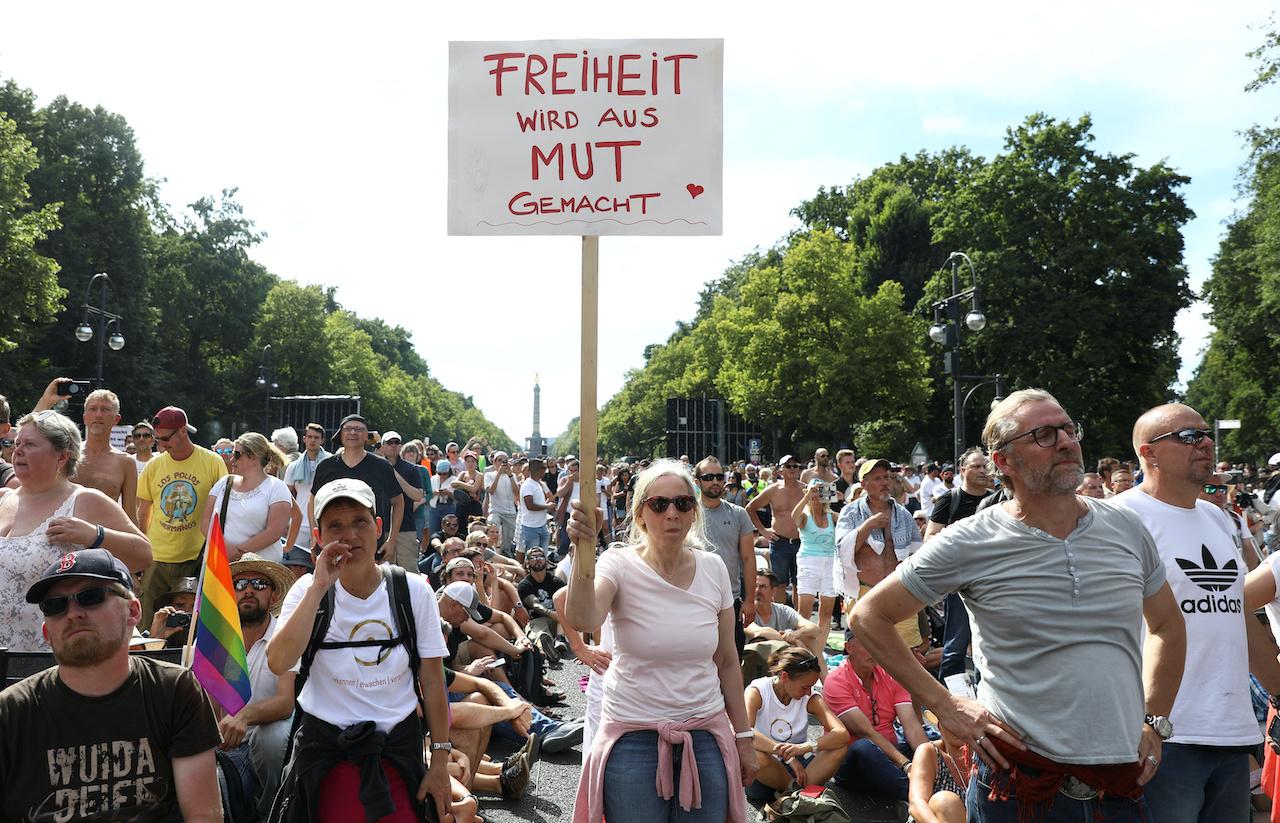 柏林民眾抗議政府的防疫措施,示威者高呼「不自由,毋寧死」(圖/Christian Mang/路透社.達志影像)