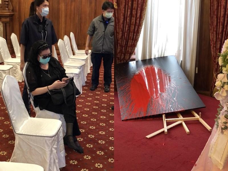 前總統李登輝辭世,台北賓館追思會場開放民眾悼念。去年曾出手攻擊文化部長鄭麗君的鄭惠中(前)14日進入追思會場後,拿出裝紅漆的氣球丟向牆面及肖像。(
