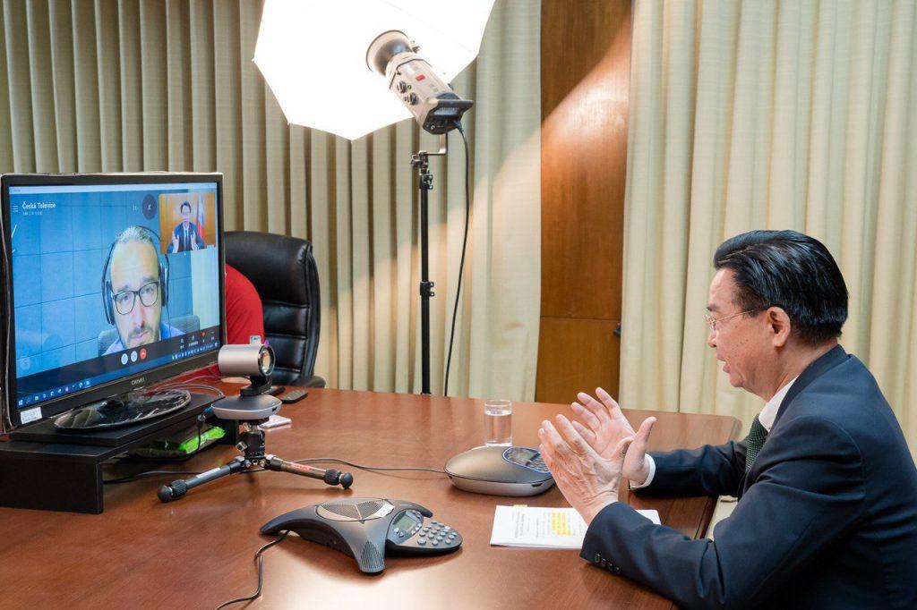 吳釗燮部長接受捷克電視台專訪。