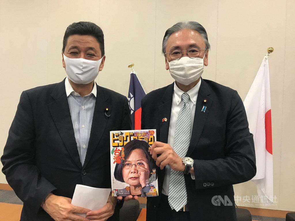 日本首相安倍晉三胞弟眾議員岸信夫(左)、自由民主黨眾議員古屋圭司7日拿著以蔡英文總統為封面的漫畫周刊給媒體拍照。