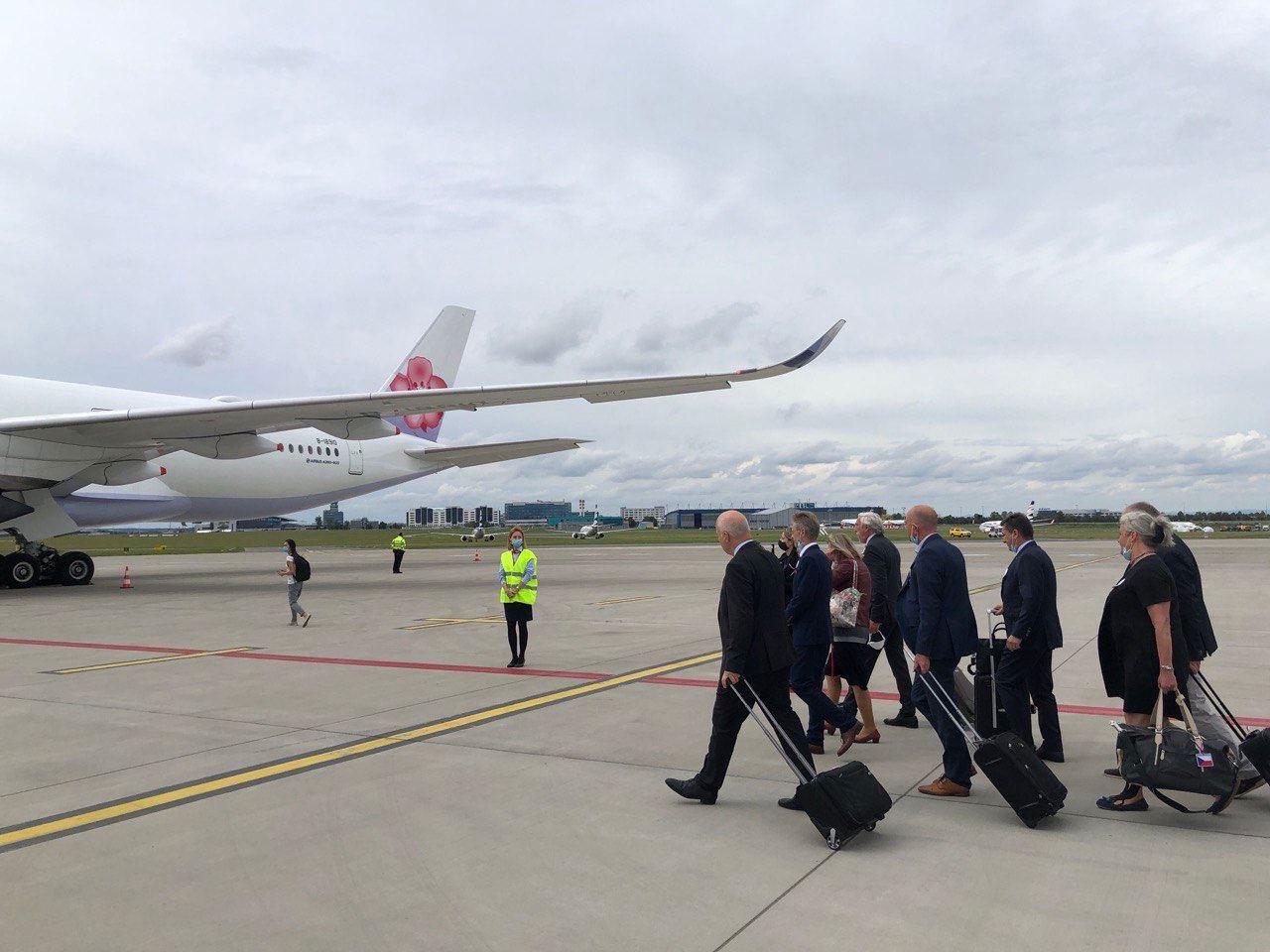 捷克訪團在全體團員通過檢測並由團長參議長韋德齊發表精神談話後,登機出發前來臺灣。
