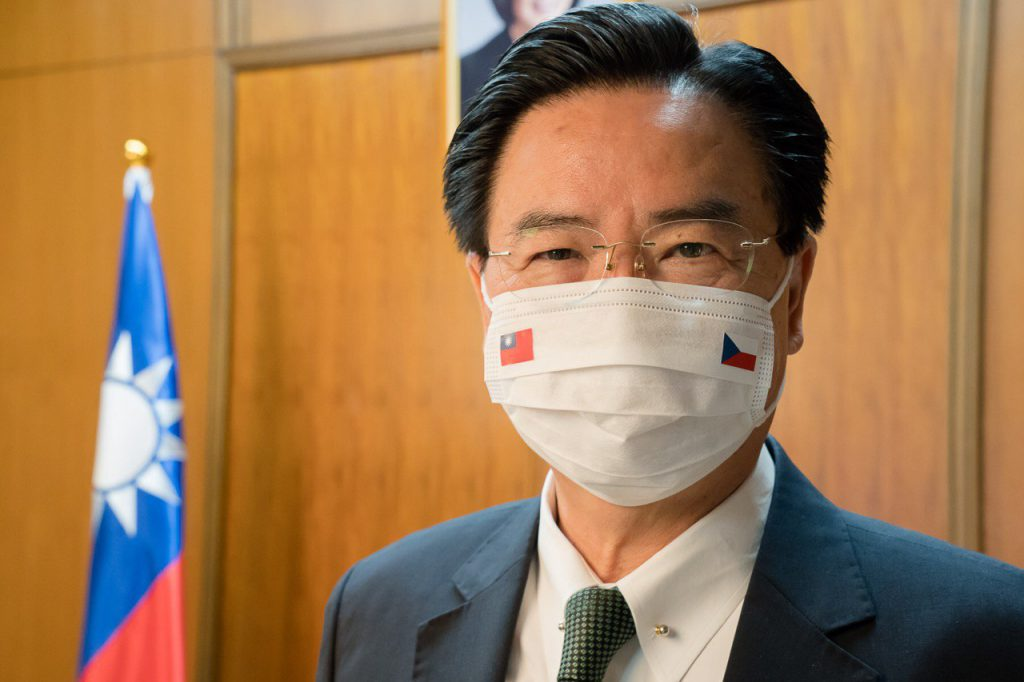 吳釗燮部長戴上繡有台灣與捷克雙方國旗的口罩,並接受捷克電視台專訪。