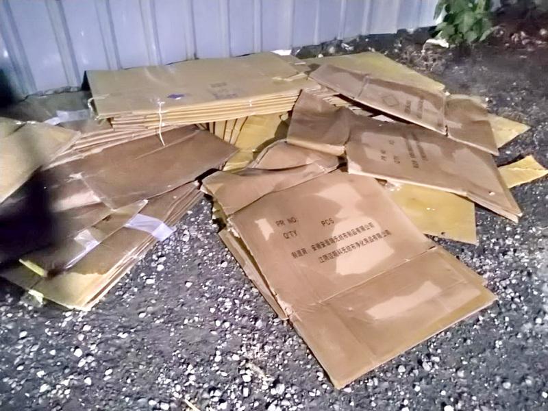 加利八里廠旁棄置中國無紡布製品商紙箱