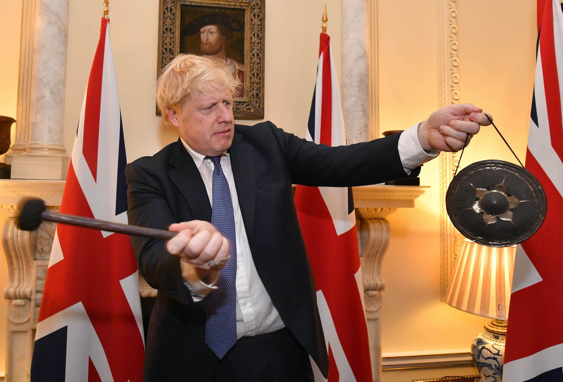 Boris Johnson 在2020年1月31日脫歐前夕在唐寧街敲小銅鑼(圖/Number 10/CC BY-NC-ND 2.0)