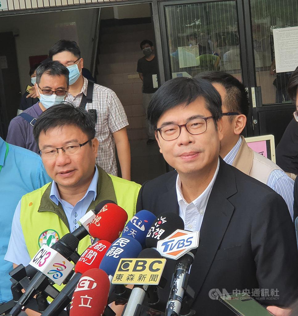 高雄市長陳其邁(右)27日回應,柯文哲是「台北看天下」,這不但是個人狹隘看法,還缺乏同理心。中央社記者洪學廣攝